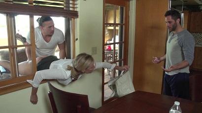 کردن مامان وقتی لای پنجره گیر کرده